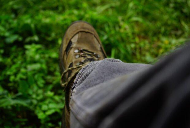 Drewniaki męskie – poznaj zalety tego obuwia roboczego i profesje, w których są niezbędne
